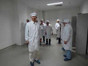 白衣に着替えていざ工場内へ